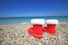 De laarzen van de Kerstman op het strand Royalty-vrije Stock Afbeeldingen