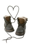 De laarzen van het kind vormen een hart met schoenveters. stock foto's