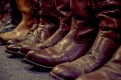 De laarzen van het leer op benen die op wit worden geïsoleerdd Stock Afbeelding