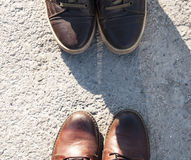 De laarzen van het leer op benen die op wit worden geïsoleerdd Stock Foto