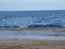 De laatste dagen van de zomer op de Oostzee De golvenplons op de kust royalty-vrije stock afbeeldingen