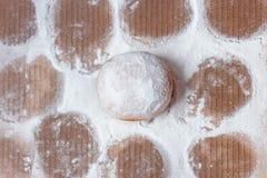 De laatste doughnut ging in de doos weg, die met afdrukken in gepoederde suiker wordt omringd stock foto