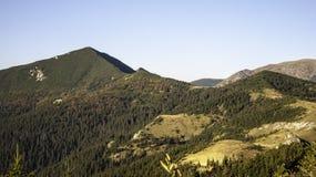 De laatste stralen raken het hooggebergte in de herfst Stock Afbeelding