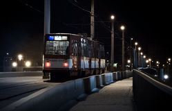 De laatste tram berijdt op een de winternacht Royalty-vrije Stock Afbeeldingen