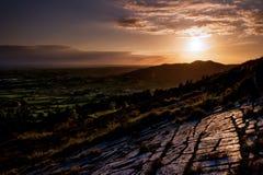 De laatste weerspiegeling van licht op die geërodeerde stenen vóór Ierse vlakte gaat naar slaap stock foto