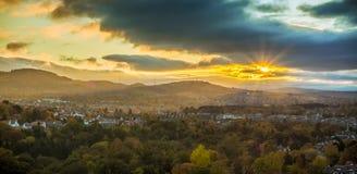 De laatste zonneschijn boven Oxgangs en Colinton Stock Foto