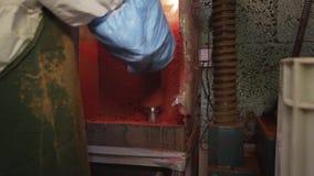 De laboratoriumarbeider in eenvormig neemt plastic waterfilters uit van roterende machine stock footage