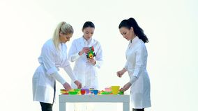 De laboratoriumarbeiders controleren Kwaliteit van Plastic Speelgoed stock footage
