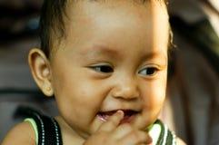 De lach van de baby op haar wandelwagen Stock Foto