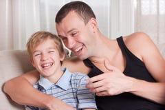 De lach van de vader en van de zoon. stock afbeeldingen