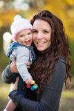 De Lachende Baby van de mammaholding stock foto's