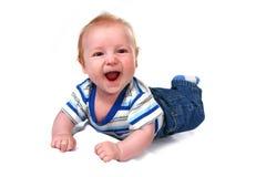 De lachende Jongen die van de Zuigeling van de Baby op Zijn Buik ligt stock afbeeldingen