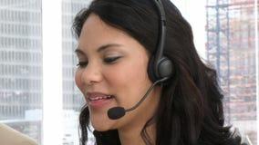 De lachende vertegenwoordiger van de klantendienst stock footage