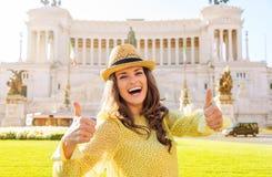 De lachende vrouw geeft twee duimen bij het Vierkant van Venetië in Rome op Royalty-vrije Stock Foto's