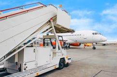 De ladder die van de passagiershelling op het vliegtuig na aankomst bij de luchthaven wachten stock fotografie
