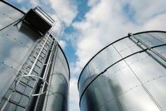De ladder en de tanks van de raffinaderij Stock Foto's