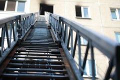 De ladder van brandmotor aan een brandend huis royalty-vrije stock afbeeldingen