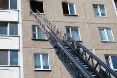 De ladder van brandmotor aan een brandend huis royalty-vrije stock foto's