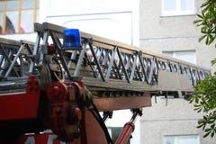 De ladder van brandmotor aan een brandend huis royalty-vrije stock afbeelding