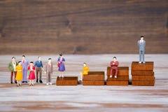 De ladder van de carrière De toekomst van het werk, de concurrentie en bedrijfsachtergrond Kleurrijke Menselijke miniaturen stock foto's