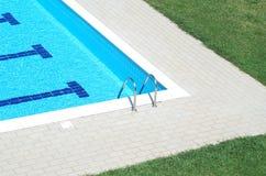 De ladder van de pool en zwembad Royalty-vrije Stock Afbeelding