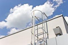 De ladder van het veiligheidsmetaal aan het dak Stock Afbeeldingen