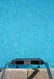 De ladder van het zwembad Stock Fotografie