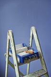 De ladder, verf kan en rol schilderen stock afbeelding