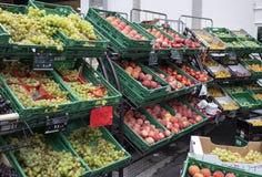 De laden van fruitverscheidenheden van verschillende grootte en kleuren in straatfruit winkelen royalty-vrije stock afbeelding