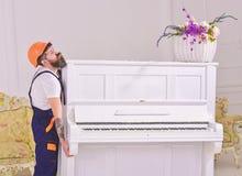 De lader beweegt pianoinstrument De koerier levert meubilair uit in het geval van beweging, verhuizing Het concept van de leverin royalty-vrije stock foto