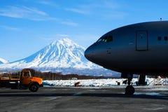 De lader trekt aan het vliegtuig op het tarmac uit Royalty-vrije Stock Foto
