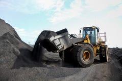De lader van het mijnbouwwiel voor het vervoeren van Mangaan voor verwerking stock foto's