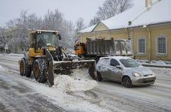 De lader Volvo verwijdert sneeuw op de straat van Tsarskoye Selo Royalty-vrije Stock Foto's