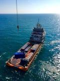 De lading op de leveringsboot hief door de kraan op Royalty-vrije Stock Fotografie