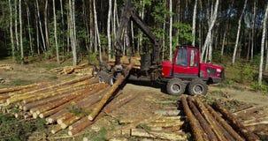 De lading opent de vrachtwagen het programma, opent de lading het bos, de manipulatorladingen de het programma logboeken stock footage