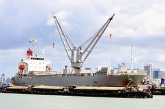 De lading stortgoed van het schip met kraan en aansteker Stock Fotografie