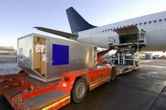 De lading van de lading op vliegtuigen stock foto's