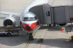 De Lading van de vliegtuiglading en Passagiers het Inschepen stock fotografie