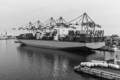 De lading van het containerschip of het leegmaken in haven Royalty-vrije Stock Foto's
