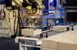 De lading van het robotwapen in fabriek royalty-vrije stock afbeeldingen