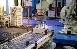 De lading van het robotwapen in fabriek stock foto's