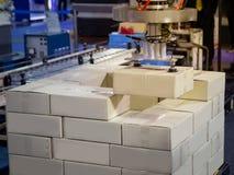 De lading van het robotwapen in fabriek royalty-vrije stock foto