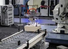 De lading van het robotwapen in fabriek stock afbeelding