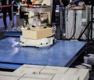 De lading van het robotwapen in fabriek stock foto