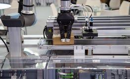 De lading van het robotwapen in fabriek royalty-vrije stock fotografie