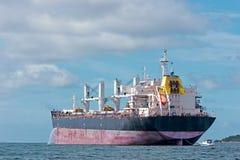 De Lading van het schip met kraan bij medio van Eiland Sichang, Royalty-vrije Stock Foto's