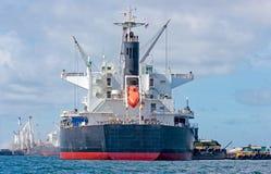 De Lading van het schip met kraan bij medio van Eiland Sichang, Stock Foto's