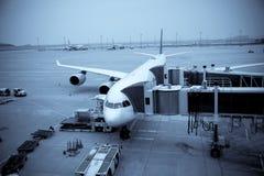 De Lading van het vliegtuig bij de Luchthaven royalty-vrije stock afbeeldingen