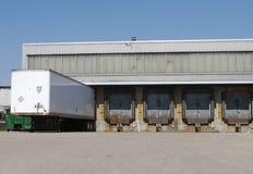 De ladingsdok van de vrachtwagen stock afbeeldingen