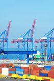 De ladingskraan en container van de haven stock afbeelding
